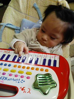 右手で弾いてます!