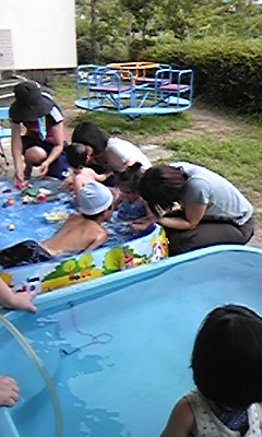 さくらんぼで水遊び